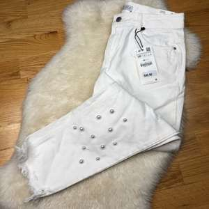 !NWT Zara Low Rise Cropped Beaded Jeans AA23